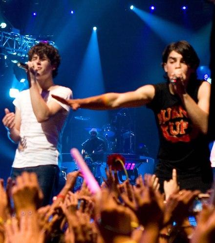 jonas-brothers-live.jpg