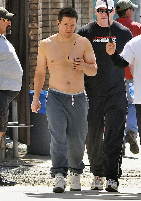 gallery_main-mark-wahlberg-shirtless-tummy-photos-03152010-09.jpg