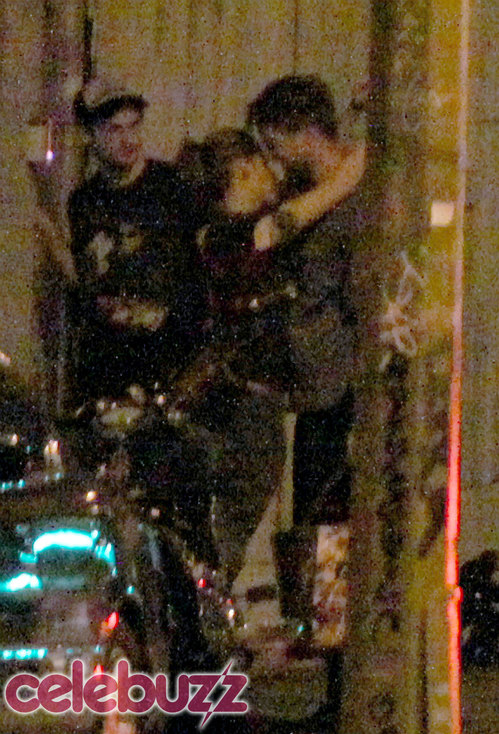 pattinson-stewart-kissing.jpg