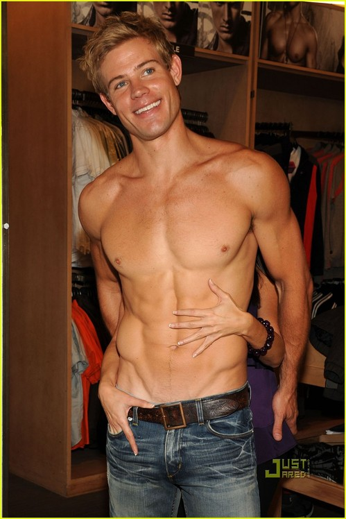trevor-donovan-shirtless-shopping-02.jpg