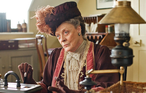 Violet-Dowager-Countess-of-Grantham-downton-abbey-15932799-570-364.jpg
