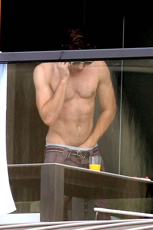 zac-efron-shirtless-hand-in-pants-australia-02.jpg