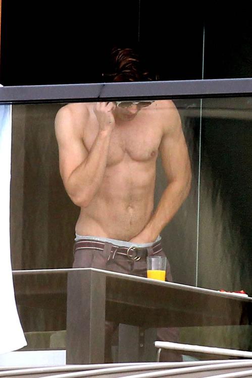zac-efron-shirtless-hand-in-pants-australia-02.jpg