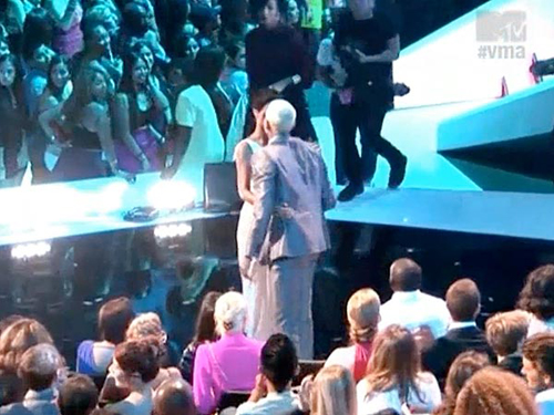 rihanna_chris_brown_vma_2012_kiss.jpg