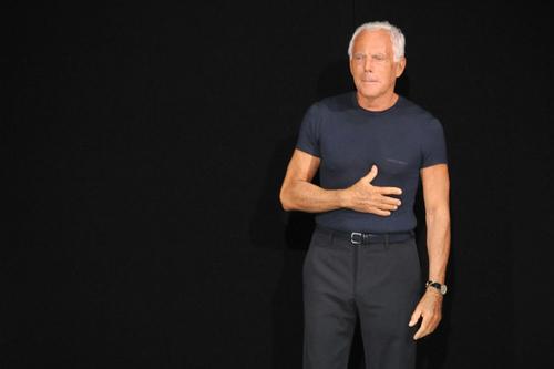 giorgio-armani-con-la-storica-tshirt-blu.jpg