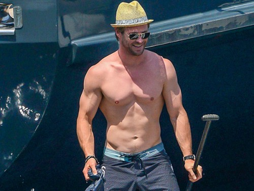 chris-hemsworth-shirtless-france-07062015-lead02-600x450
