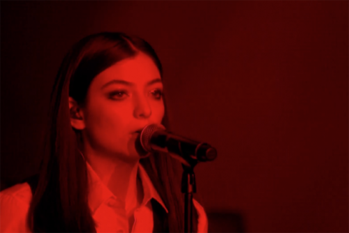 lorde-david-bowie-tribute-life-on-mars-brit-awards-2016-640x427