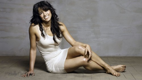Hot-and-Sexy-Michelle-Rodriguez-HD-Wallpaper-Lying-On-Ground-With-very-Romantic-Mood